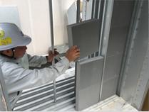 厨房排気脱臭フィルターの設置風景。ユニット側面より、ゼオガイア脱臭フィルターを3段に重ねて収納しています。