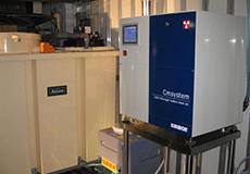 高圧洗浄機でCMWを噴霧し、 豚舎内を洗浄する